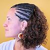 Frau mit Open Cornrows aus Thermofiberhaar (Struktur French Deep)