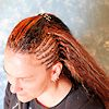 Frau mit welligen Open Braids (Water Wave, Ripple Wave)